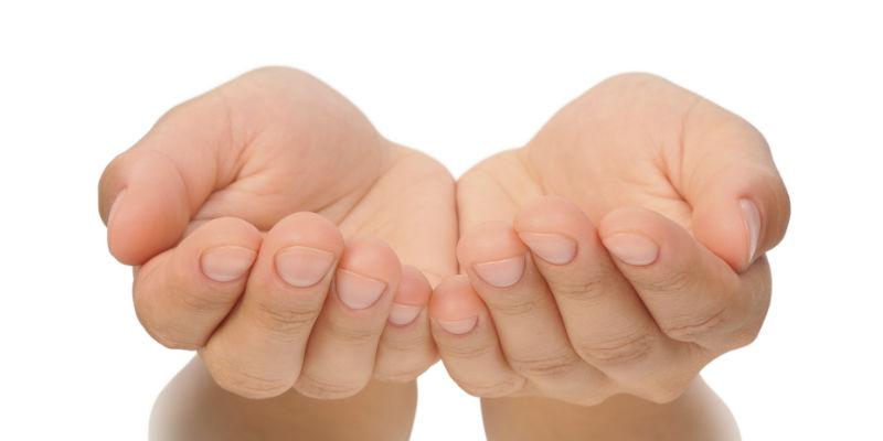 2 manos abiertas formando un cuenco —> vegetales (iStock)